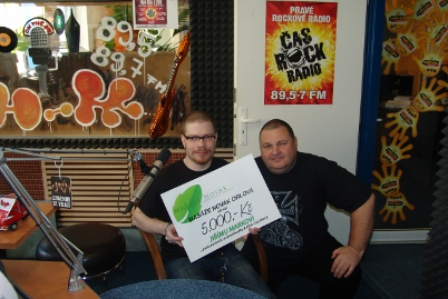 radio_cas_rock_jura_marek_prebira_od_tomase_novaka_prispevek_na_zimni_gumy_na_vozik